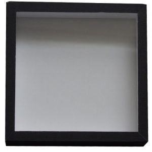 Entomologická škatuľa s rozmermi 18x18 so skleneným vrchnákom a dno s bielou penou. Obalená čiernym plátnom.