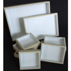 Entomologické škatule potiahnuté bielym plátnom .