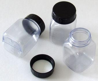 Štvorhranná fľaša z tvrdého PVC s uzáverom PETG