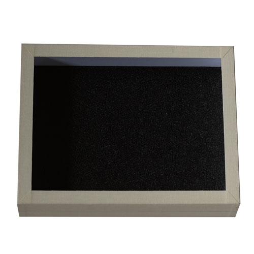 Entomologická škatuľa 23x18 so sklom vnútro s čiernou penou a obalená bielym knihárskym plátnom.
